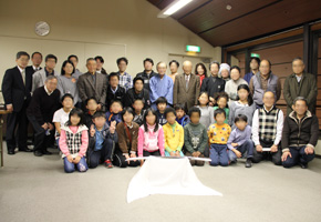 完成した日本刀と参加者の記念撮影
