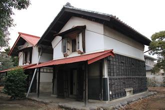 旧ヤマジュウ田村家住宅の東土蔵と西土蔵